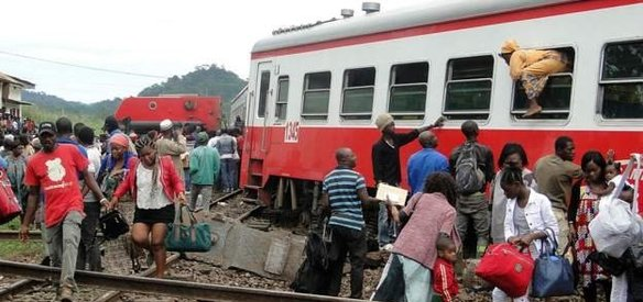 Kamerunda kapasitesinden iki kat fazla yolcu taşıyan trenin raydan çıkması sonucu 70den fazla kişi hayatını kaybetti, yüzlerce kişi yaralandı