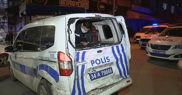 İstanbul'da kargo minibüsü polis aracına çarptı