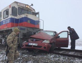 Son dakika: Kars'ta yük treninin hemzemin geçitte çarptığı otomobildeki 3 kişi öldü