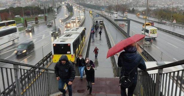 İstanbul'da sağanak yağış! Şemsiyeler de korumadı