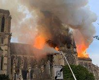 Dünyaca ünlü katedralde büyük yangın