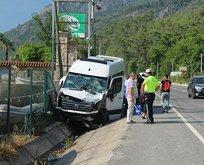 Muğla'da turistleri taşıyan minibüs tırla çarpıştı