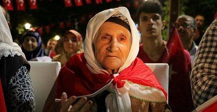 106 yaşındaki Zeynep Bekereci demokrasi nöbetine katıldı