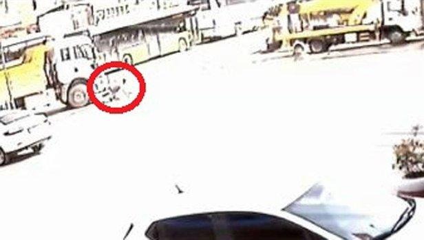 Kocaelide Tır Sürücüsü Kamyonun Altında Kaldı Feci Kaza Kameralara