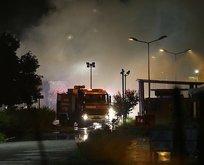 Kocaeli'de karton fabrikasına yıldırım düştü