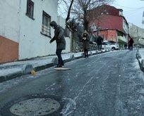 CHP'li İBB çalışmıyor! Kaldırımları vatandaşlar tuzladı