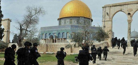 İsrail polisi eşliğindeki 104 fanatik Yahudi, Mescid-i Aksa'ya baskın düzenledi.