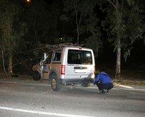 İzmir'de kontrolden çıkan araç ağaca çarptı