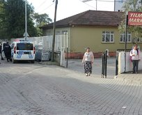 Üzerine demir kapı devrilen çocuk öldü