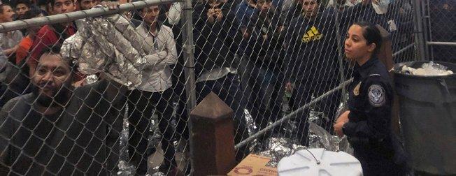 Dünya Mike Pence'in göçmen merkezi ziyaretinde kaydedilen görüntüleri konuşuyor!