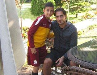 Hamit Altıntop'un yanındaki Galatasaray formalı bu çocuğu tanıdınız mı? Çok şaşıracaksınız.