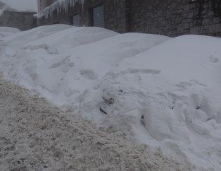 Uludağ'da araçlar kar altında kayboldu! Sürücüler jandarmadan yardım istedi