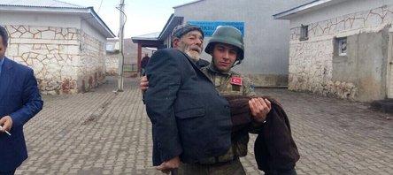 Mehmetçik yaşlı vatandaşı sandığa kucağında götürdü