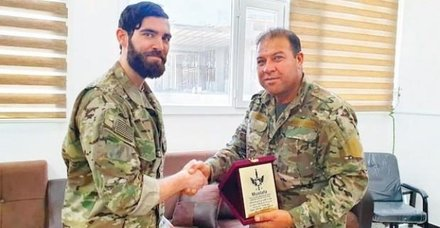 ABD ordusu teröristlere rütbe ve nişan dağıtıyor