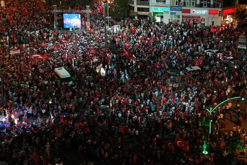 Millet demokrasi nöbetini sürdürüyor