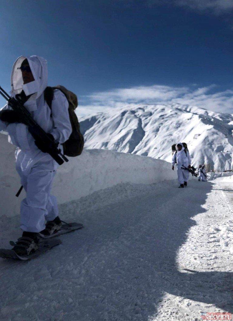 Komandolar 2 metre karda operasyonda! İşte o fotoğraflar...
