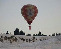 Pamukkale'de balonlar Türk bayrağıyla havalandı