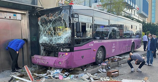 D-100'de feci kaza! İETT otobüsü üst geçide çarptı
