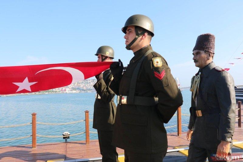 Tütün İskelesi'nde Atatürk'ün karaya çıkışını temsil eden Türk bayrağı, asker tarafından karaya çıkarıldı