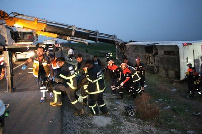 Aksarayda yolcu otobüsü şarampole devrildi
