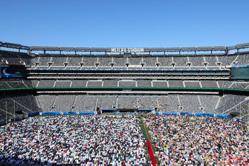 ABD'de Kurban Bayramı... Namazı stadyumda kıldılar