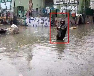 Karaköy'de şaşırtan görüntü... Göle dönen yola oltasını salladı