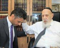 BAE Büyükelçisi siyonist ruhani liderin önünde diz çöktü