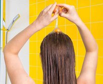 Evde şampuan yoksa dert etmeyin saçınızı böyle yıkayın!