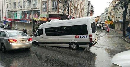 İstanbul Esenyurt'ta yol çöktü! Yaralılar var