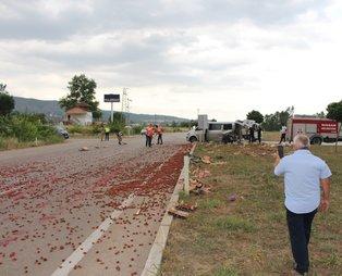 Tokat Niksar'da otomobil çilek yüklü minibüse çarptı! Çilekler yola savruldu