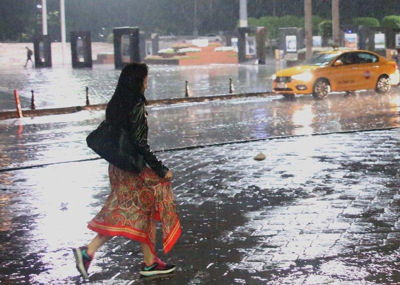 Sağanak yağış İstanbullulara zor anlar yaşattı
