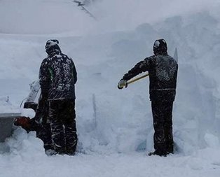Çığ düştü! Çok sayıda kişi kar altında kaldı