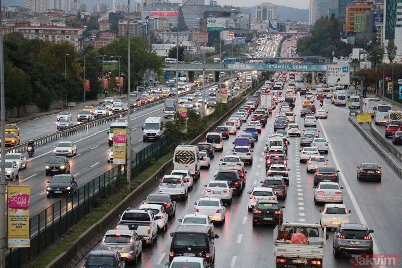 İstanbul'da dün başlayan yağmur sonrası trafik yoğunluğu sürüyor
