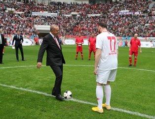 Başkan Erdoğan ünlüler karması maçını böyle başlattı