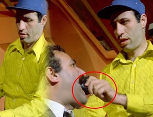 İzleyicileri kahkahaya boğmuştu! Bakın Avanak Apti filminde kravat yedirme sahnesi nasıl çekilmiş