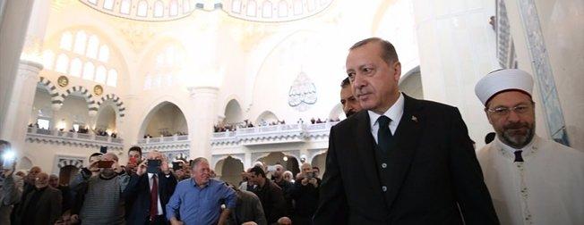 Cumhurbaşkanı,cuma namazını Melike Hatun Camisinde kıldı