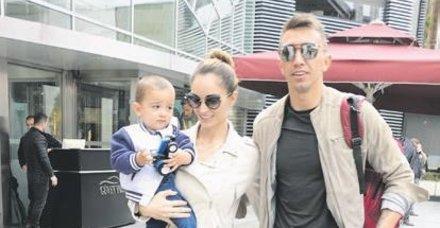 Galatasaray'ın file bekçisi Fernando Muslera, eşi Patricia Callero ve oğlu ile birlikte İstinyePark'ta objektiflere takıldı