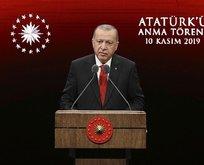 Atatürk maskesi takarak...