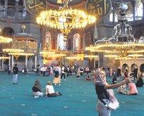 Ayasofya Camii'ne turist akını