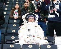 Metrobüs bekleyen astronot Beşiktaş - Bursaspor maçında!