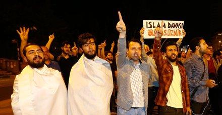 Mısır'ın Ankara Büyükelçiliği önünde toplanan bir grup, Mısır yönetimini protesto etti