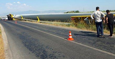 Menemen'de rüzgar türbininin kanadını taşıyan TIR devrildi