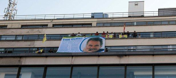 Fransa'da rezalet! Teröristler AFP binasına terör örgütü elebaşının posterini astı
