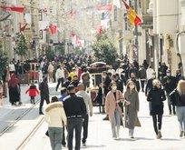 Türkiye'de tüm tedbirlere rağmen vaka sayıları arttı! İstiklal Caddesi'nde turistler maskesiz
