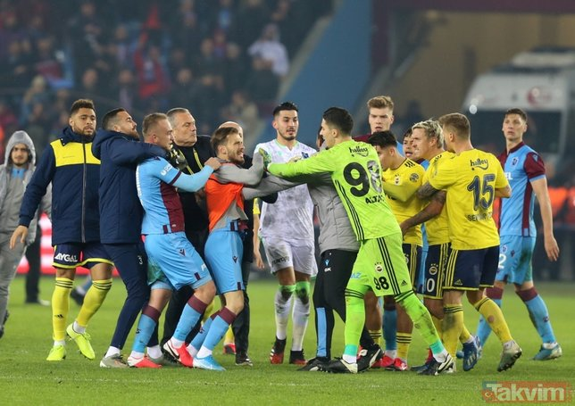 Trabzon'da maç bitti saha karıştı! Trabzonsporlu ve Fenerbahçeli futbolcular birbirine girdi