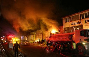 Sanayi sitesinde yangın: 5 iş yeri küle döndü