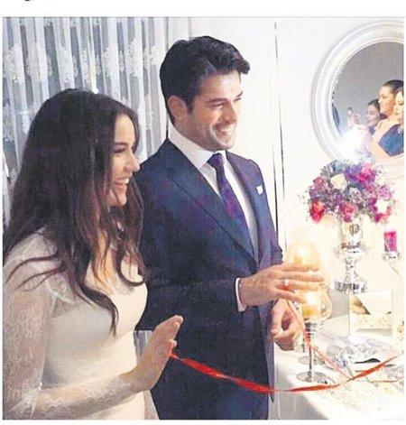 7574b01198aff Bu arada dizilerinin tatile girmesiyle bu yaz nikah masasına oturacak olan  çiftin düğününe sponsor olmak isteyen firmalar ikilinin kapısını  aşındırıyor…