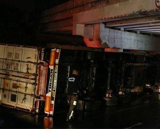 Bakırköyde konteyner taşıyan TIR devrildi: 2 yaralı