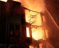 İstanbul'da korkutan yangın! 3 katlı bina kül oldu