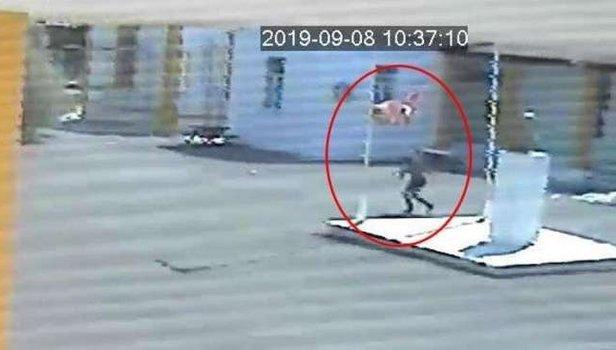 KKTC polisi, okuldaki Türk bayrağını indiren Rum'u arıyor! Rauf Denktaş'a ait fotoğrafı da alarak kayıplara karıştı (VİDEO)
